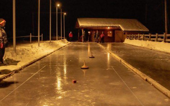 Eisstockschiessen: Eine Riesengaudi auf dem Eis